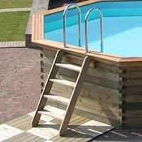 Houten buitentrap voor zwembad